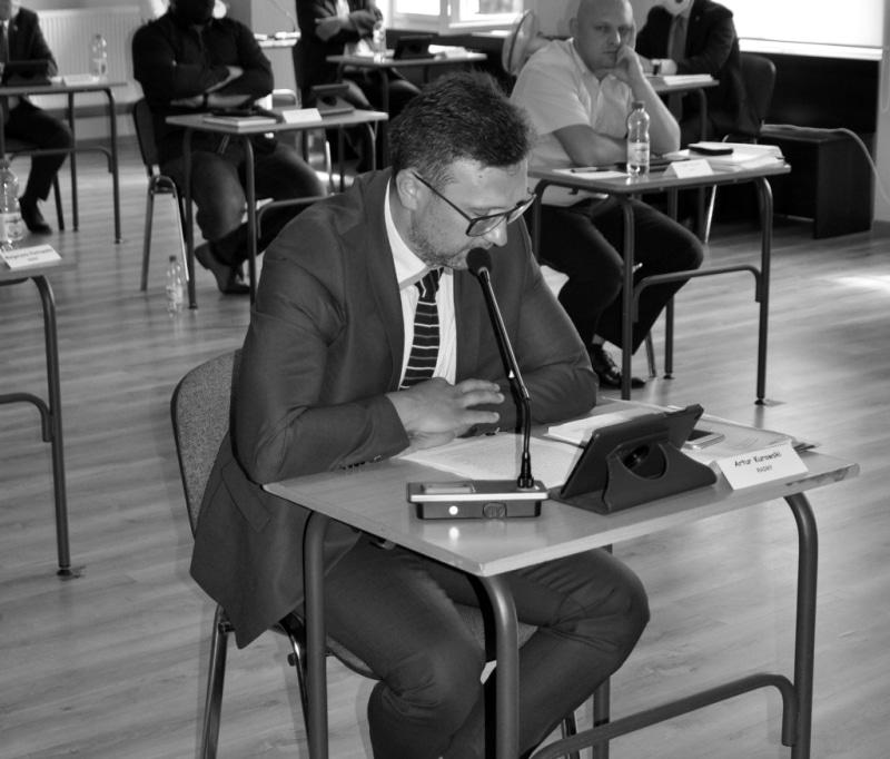 """Radny Kurowski """"zamordował"""" sesję i wyszedł z Klubu PiS"""